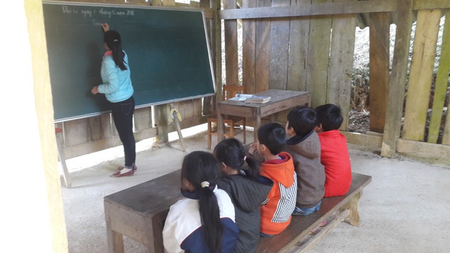 Cô và trò ngồi học trong phòng học tạm bợ, mùa hè thì nóng, mùa mưa thì dột và tối tăm vì không có điện
