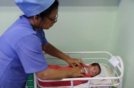 Bé gái chào đời với cân nặng 2kg đang được chăm sóc tại bệnh viện Hùng Vương