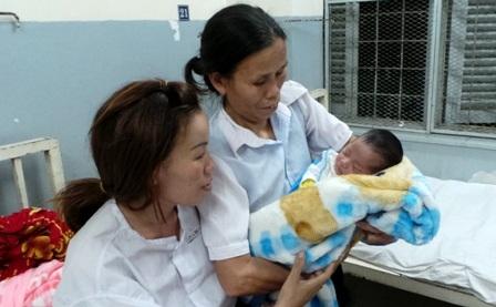 Cháu bé mới chào đời vào thăm mẹ bị ung thư đang điều trị tại bệnh viện Ung Bướu