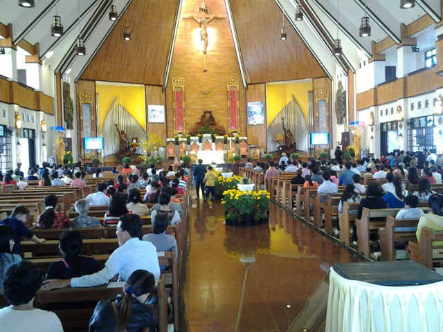Nhà thờ Tắc Sậy đón một lượng du khách không nhỏ dịp đầu năm.