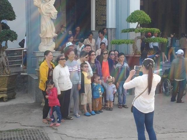 Khách hành hương chụp ảnh lưu giữ kỷ niệm ngày đầu năm tại Thánh đường lớn nhất ĐBSCL.
