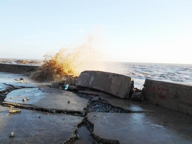 Sóng gió lớn liên tục đánh vào khiến bờ kè đê biển Gành Hào sạt lở ngày càng nghiêm trọng. Trong ảnh là tình trạng sạt lở vào giữa tháng 2/2017.