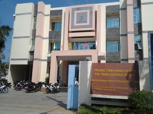 Trung tâm hành chính thị trấn Dương Đông, nơi có UBND thị trấn được giao chủ trì việc kiểm tra tháo dỡ công trình xây dựng lấn chiếm của Công ty Hải Lưu, nhưng cho đến nay vụ việc vẫn dậm chân tại chỗ, khiến người dân rất bức xúc.