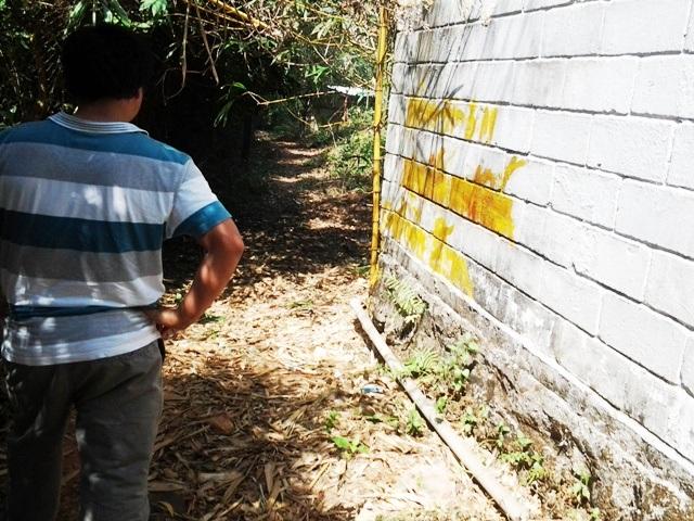 ... và đến nay đã gần 1 năm sau chỉ đạo của UBND huyện Phú Quốc, phần lấn chiếm vẫn y như cũ. Những dòng chữ chỉ rõ lấn chiếm bao nhiêu mét trên tường trước đây cũng bị ai đó xóa mờ như muốn cho chìm xuồng vụ việc.