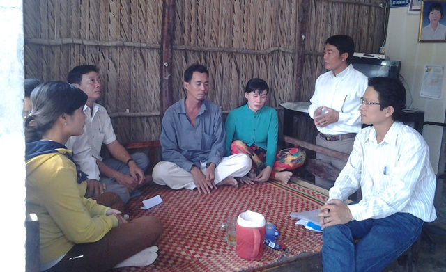 Đại diện chính quyền địa phương trao đổi và gửi lời cảm ơn đến báo Dân trí, bạn đọc báo đã hỗ trợ gia đình anh Phạm Văn Thể.