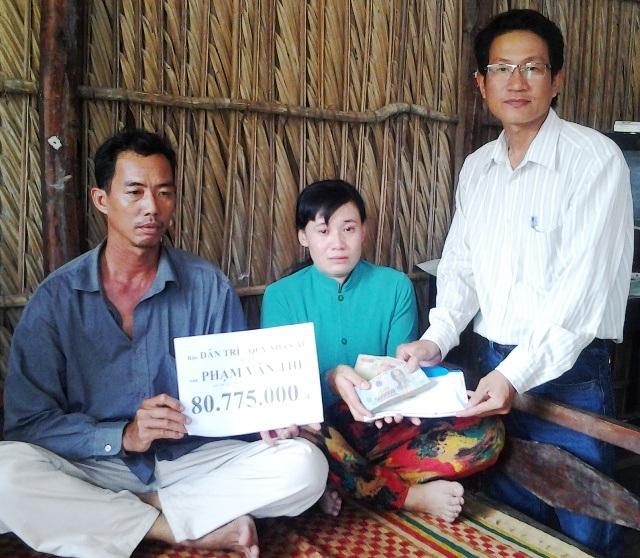 PV Dân trí trao tiền bạn đọc đến gia đình anh Phạm Văn Thể.