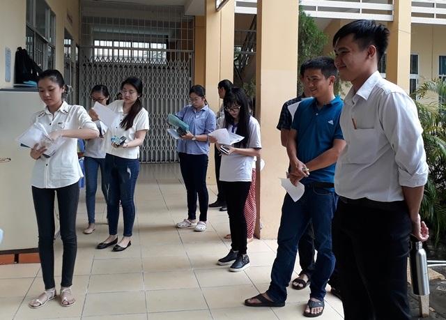 Các thi sinh ở Cần Thơ trước buổi thi môn Toán. (Ảnh: Phạm Tâm)