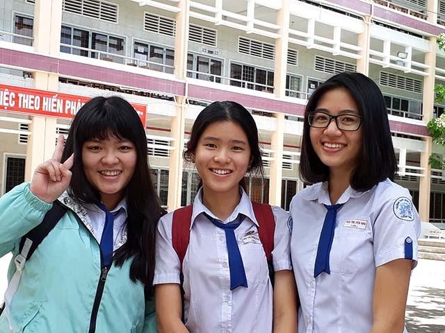 Các thí sinh cười tươi sau môn thi cuối cùng. (Ảnh: Phạm Tâm)