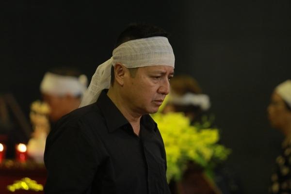 Nghệ sỹ Chí Trung cùng các thành viên trong thắp hương và đi vòng quanh linh cữu mẹ khi bắt đầu cử hành tang lễ.