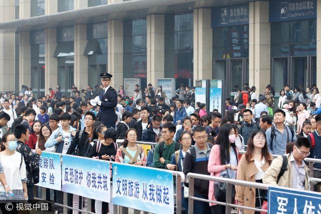Cảnh đông đúc nghẹt thở tại một nhà ga