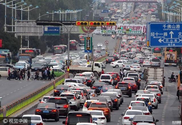 Cửa ngõ ra khỏi các thành phố lớn luôn trong tình trạng ùn tắc kéo dài