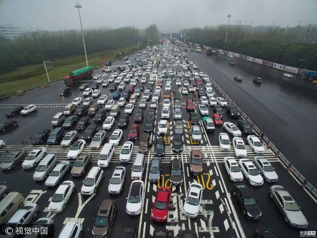 Hình ảnh tương phản giữa một bên là các dòng xe ra khỏi thành phố. Phía bên kia, làn đường dành cho xe về thành phố vắng hoe