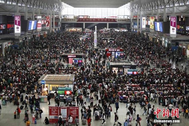 Biển người tập trung về các nhà ga, bãi đỗ xe trong thành phố lớn