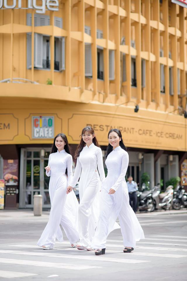 Ngẩn ngơ nhìn nữ sinh diện áo dài trắng dạo phố - 6