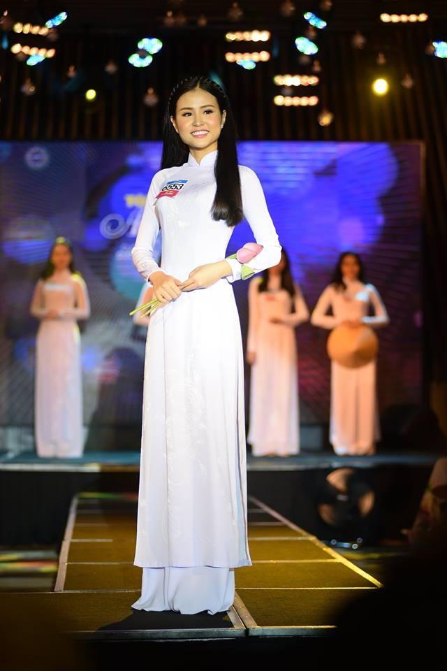 Thanh Hằng trong trang phục áo dài trắng