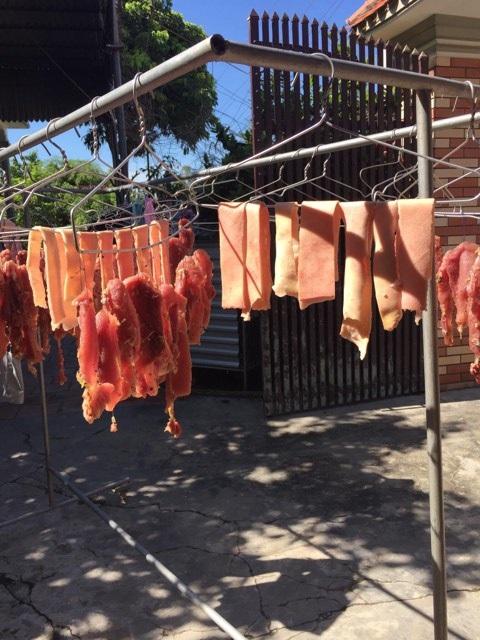 Thịt được treo trên móc áo có thể phơi trên sân thượng hoặc sân nhà. Ảnh: Phan Mai