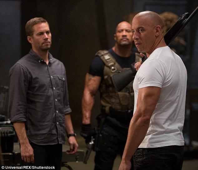 """Dwayne trong một cảnh phim của """"Fast & Furious 6"""", xuất hiện bên cạnh nam diễn viên quá cố Paul Walker và Vin Diesel."""