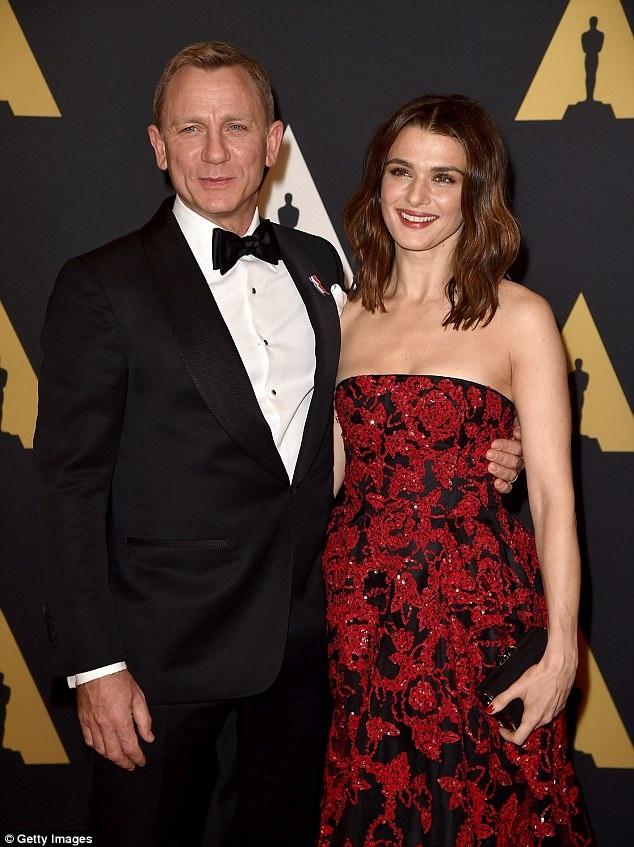 Daniel Craig (49 tuổi) được cho là muốn giảm bớt các cảnh hành động nguy hiểm trong tập phim mới sau khi vợ của anh - nữ diễn viên Rachel Weisz (47 tuổi) lo lắng cho sức khỏe của chồng.