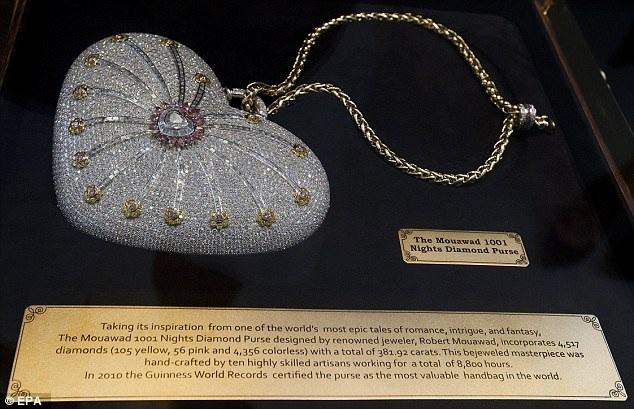 """Chiếc túi xách lấp lánh này được lấy cảm hứng thiết kế từ những câu chuyện trong """"Nghìn lẻ một đêm""""."""