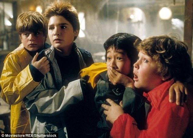 """Corey Feldman (thứ hai từ trái sang trong phim """"The Goonies"""" (Bản đồ kho báu) hồi năm 1985) cho biết anh đã từng sống trong sợ hãi và xấu hổ suốt một thời niên thiếu vì bị quấy rối khi tham gia vào nền công nghiệp làm phim."""