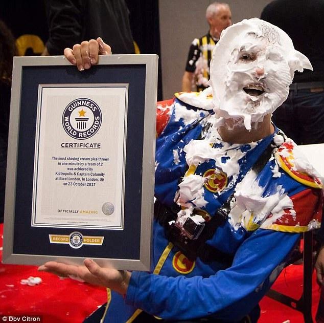 Hai người đàn ông Anh - Dov Citron (ảnh) và Paul Megram - đã hợp tác rất ăn ý để xác lập Kỷ lục Guinness Thế giới Mới khi họ ném được nhiều chiếc bánh kem nhất vào… mặt nhau trong vòng một phút.