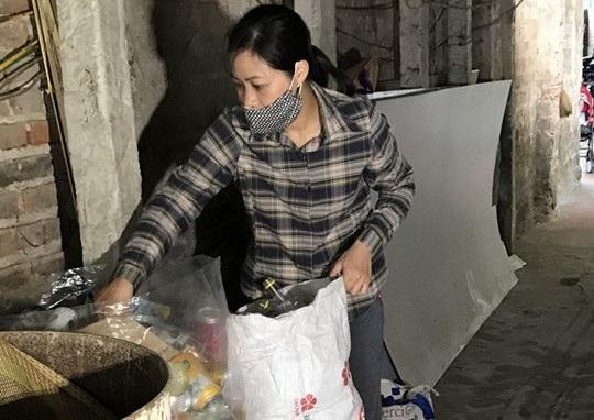 Là giáo viên giỏi, ngoài giờ làm, cô phải đi nhặt ve chai để chăm chồng bị ung thư.