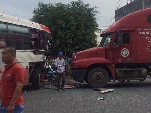 Hành khách bị một phen hoảng loạn sau cú tông trực diện vào xe container của xe khách (ảnh N.T)