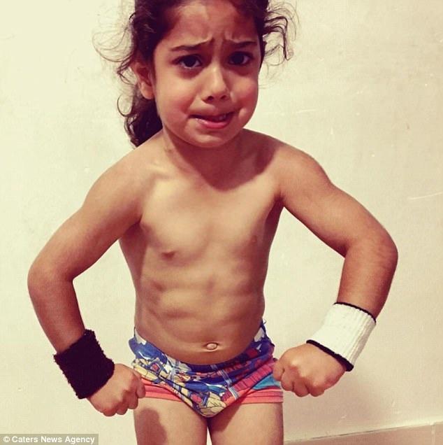 Cậu bé 3 tuổi Arat Hosseini có những kỹ năng thể lực đáng kinh ngạc.
