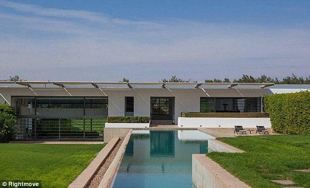Nằm ngay bên ngoài biệt thự là bể bơi có chiều dài 50m.