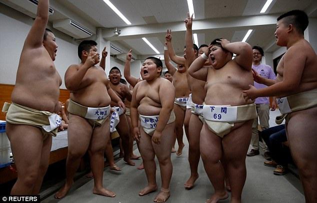 Cuộc sống của một võ sĩ sumo chuyên nghiệp rất khắc nghiệt, với một chế độ ăn - tập nghiêm ngặt. Dù các võ sĩ sumo trông rất nặng nề, nhưng kỳ thực họ cũng rất khỏe mạnh và dẻo dai. (Ảnh: Reuters)