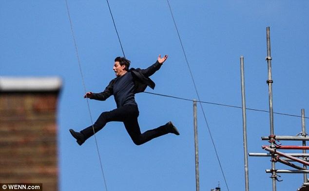 """Gần đây, tài tử Tom Cruise cũng vừa bị vỡ mắt cá khi thực hiện một cú nhảy giữa hai tòa nhà trên phim trường """"Mission: Impossible 6"""" (Nhiệm vụ bất khả thi 6) hồi tuần trước."""