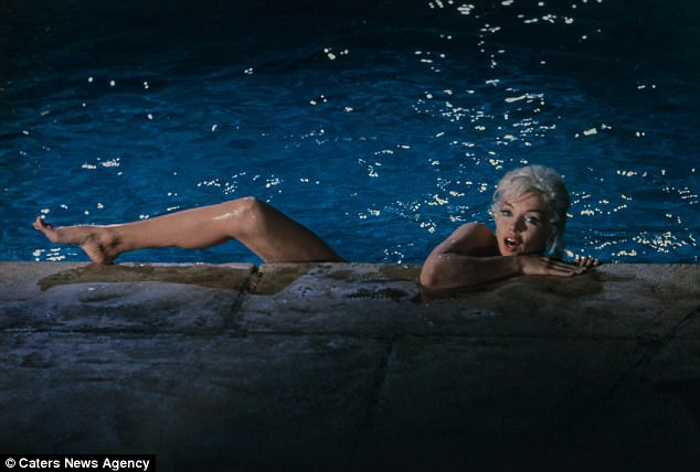 Marilyn Monroe vui vẻ xuất hiện trong bộ ảnh chụp bên bể bơi.