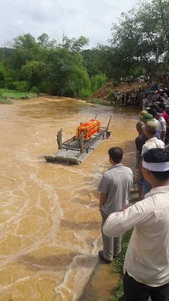 Người dân phải đẩy quan tài trên bè để vượt sông khi cầu đã bị cuốn trôi trong một đám tang tại Phong Dụ Thượng