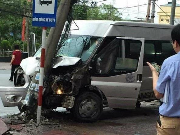 Chiếc xe mất lái lao sang đường và tông thẳng vào cột điện (ảnh bạn đọc cung cấp)