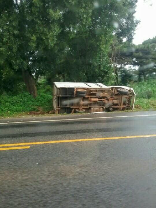 Chiếc xe tải lật nghiêng sau va chạm (ảnh CTV)