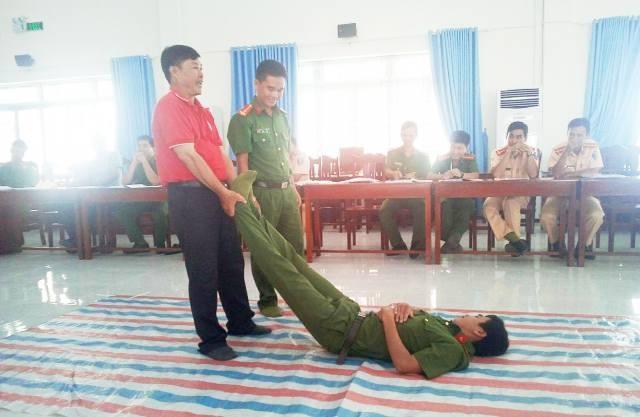 Báo cáo viên của Hội Chữ Thập đỏ tỉnh Bạc Liêu đang thực hiện các thao tác cứu người để trang bị cho lực lượng công an, cảnh sát làm công tác đảm bảo trật tự an toàn giao thông tỉnh Bạc Liêu.