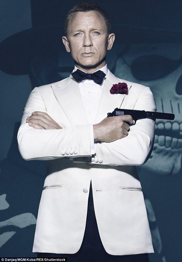 """Vậy là Daniel Craig sẽ đảm nhận vai điệp viên 007 lần thứ 5 trong sự nghiệp, anh đã đồng hành cùng vai diễn suốt 9 năm qua kể từ lần đầu xuất hiện trong """"Casino Royale"""" (Sòng bạc Hoàng gia - 2006)."""