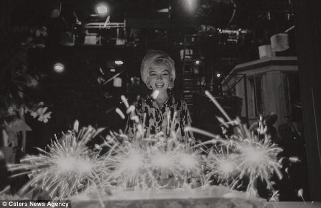 Người đẹp trong khoảnh khắc đón mừng sinh nhật tuổi mới. Năm nay là tròn 55 năm ngày mất của Marilyn Monroe (1962-2017).