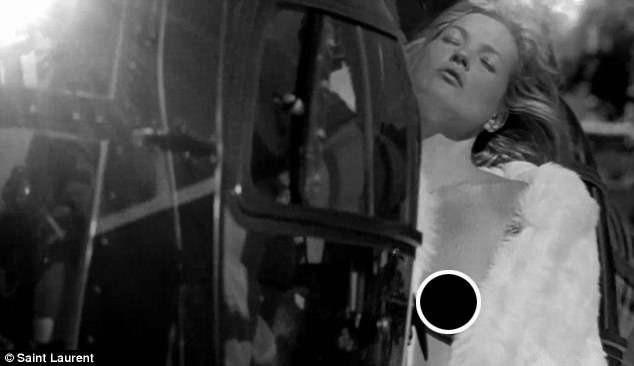 Siêu mẫu kỳ cựu Kate Moss gợi cảm trong quảng cáo thời trang mới.