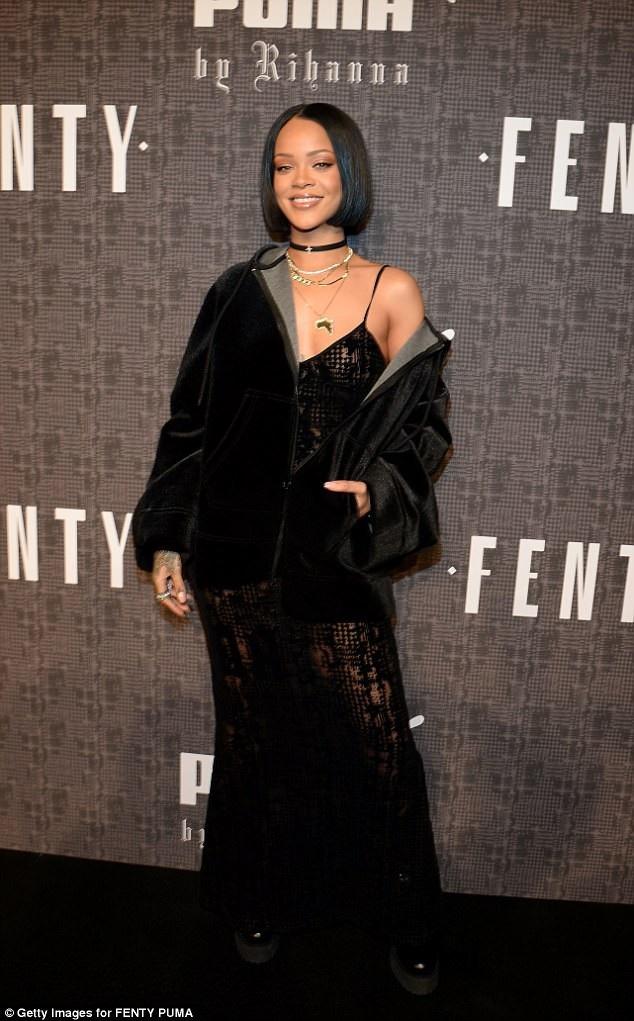 """Nếu chuộng phong cách thời trang """"hoàn mỹ"""", Rihanna sẽ có vẻ kỳ quái, lập dị trong mắt một số người, nhưng đối với các fan của cô, sự phá cách đầy phóng túng và táo bạo của nữ ca sĩ khiến họ rất thích thú."""