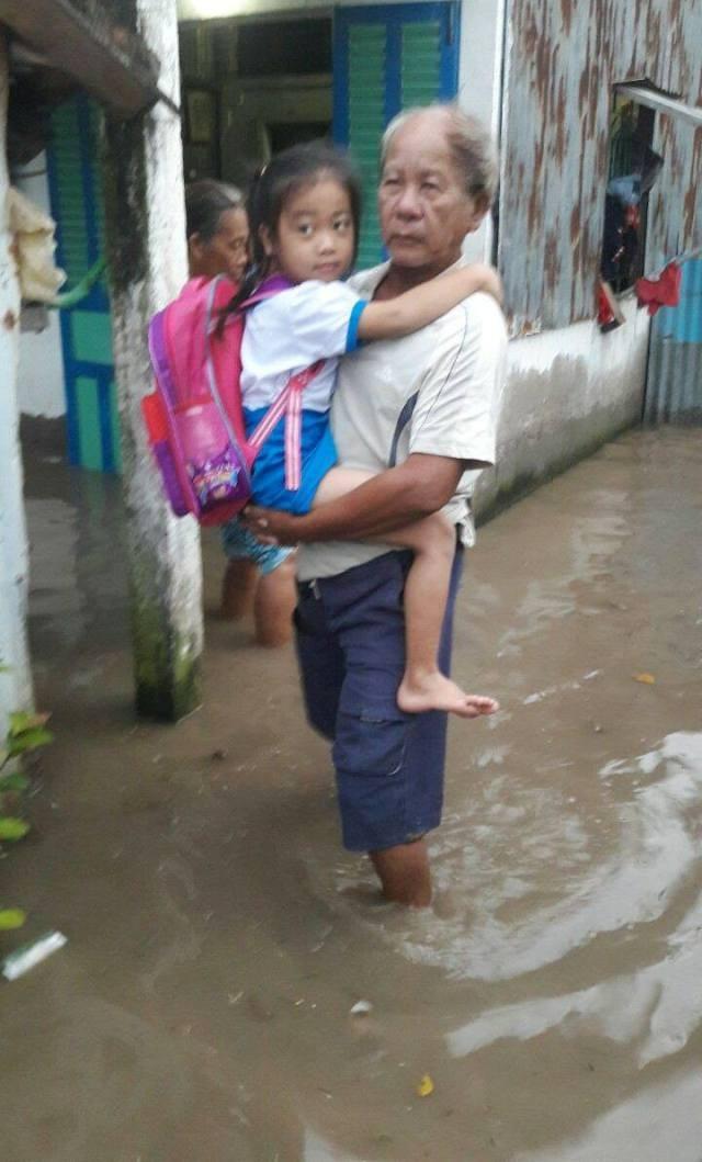 Việc đi lại của dân hết sức khó khăn, đặc biệt là các em học sinh. Phụ huynh phải bồng, cõng con em mình qua chỗ nước ngập sâu.