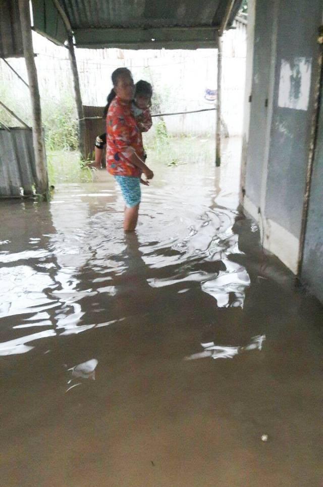 Nước ngập lênh láng từ trước ra sau nhà.