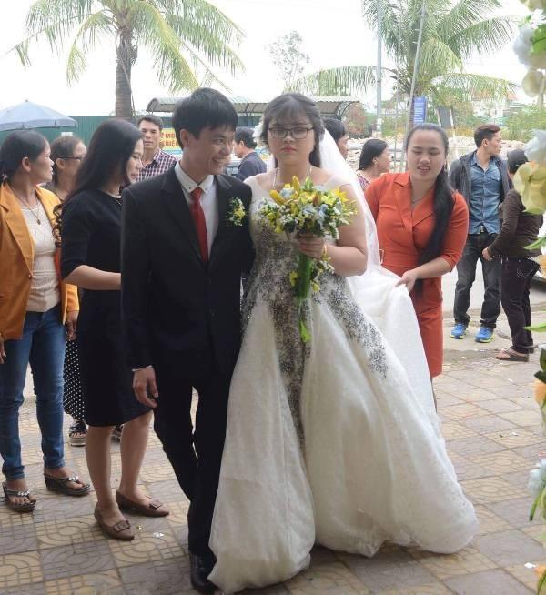 Chú rể và cô dâu hạnh phúc sánh bước bên nhau