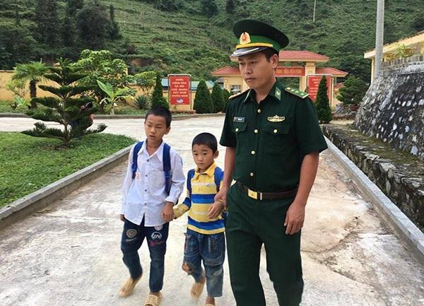 Thượng uý Giàng A Trú (Đồn biên phòng Tả Gia Khâu, Lào Cai) chăm sóc, dạy dỗ cho 2 em nhỏ mồ côi cha.