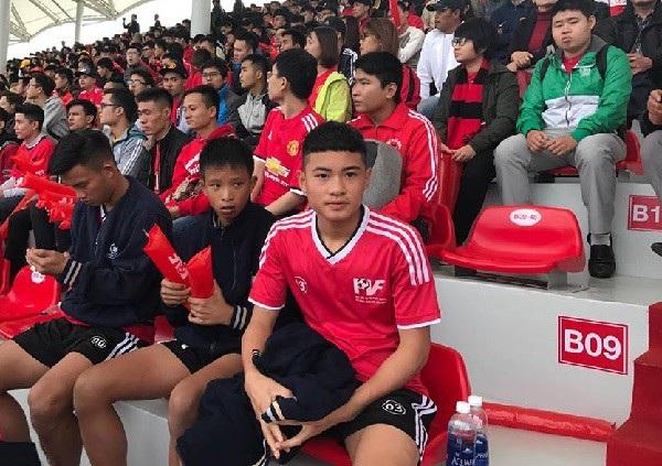 Thủ môn Hoàng Gia Phát (áo đỏ) bất ngờ tỏa sáng dù không thi đấu cho U15 PVF