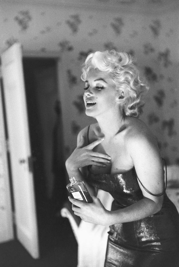 Một bức ảnh kinh điển khác của Marilyn, do tay máy Ed Feingersh thực hiện, ghi lại hình ảnh nàng dùng nước hoa trứ danh gắn liền với tên tuổi nàng - Chanel No. 5.