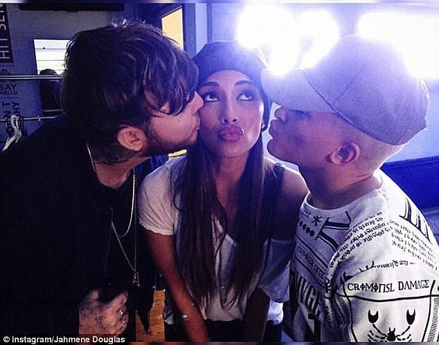 Jahmene vẫn rất gần gũi với huấn luyện viên của mình - nữ ca sĩ Nicole Scherzinger (giữa) và quán quân James Arthur (trái).