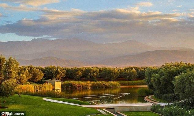 Hồ nước nhân tạo có diện tích ấn tượng 5.000 m2.