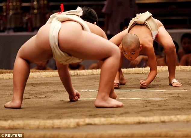 Cuộc sống của một võ sĩ sumo chuyên nghiệp rất khắc nghiệt, nhưng có thể thấy khá nhiều em nhỏ Nhật Bản vẫn hứng thú với bộ môn thể thao truyền thống này. (Ảnh: Reuters)