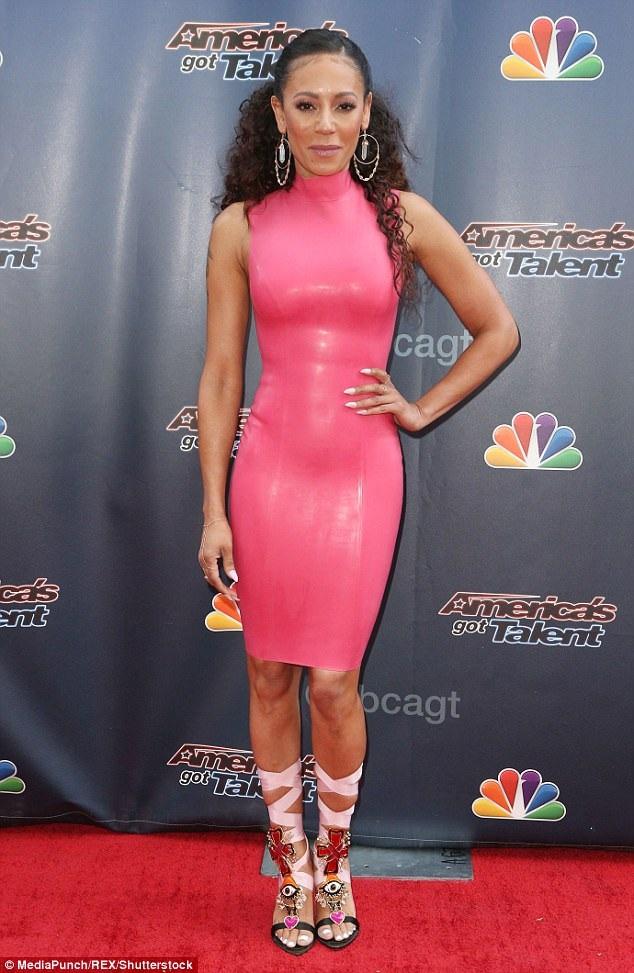 """Nữ ca sĩ Mel B - cựu thành viên nhóm Spice Girl - mặc một chiếc váy latex tới dự một sự kiện của chương trình Tìm kiếm Tài năng Mỹ """"America's Got Talent""""."""